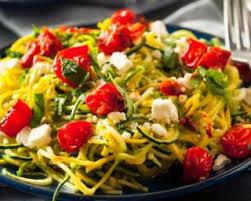 cuisiner des courgettes light recette de spaghettis de courgettes light au pesto tomates et feta