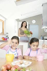 maman cuisine jeunes jumelles battre les oeufs dans la cuisine avec maman