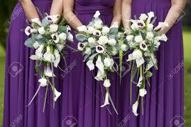 koszor sl ny ruha három koszorúslány lila ruha birtok esküvői csokrok royalty free