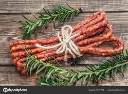 cuisine polonaise traditionnelle séché kabanos saucisse traditionnelle saucisse dans la