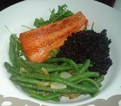 cuisiner un filet de saumon riz venere filet de saumon haricots verts sautés arnaud cuisine