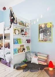 biblioth ue chambre gar n montessori aménagement d un coin lecture dans une chambre d enfant