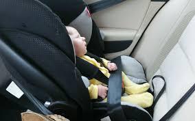 sur siege auto sécurité routière les bébés mal attachés dans un sur
