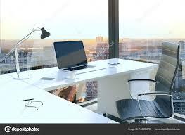le bureau lumi鑽e du jour table de bureau avec portable blanc en intérieur avec vue
