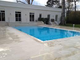 garde corps jardin piscine miroir avec cascade volet immergé plage en travertin