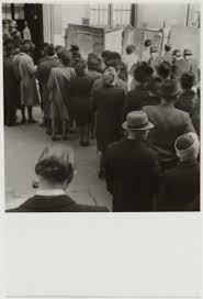 bureau de vote 12 file d attente devant un bureau de vote lors des premières