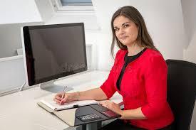 imagenes de notas rojas mujer de negocios en notas rojas de la escritura de la capa de la