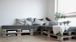 canapé avec palette palettes idées déco pour un canapé outdoor decocrush