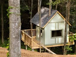 building your own tree house how to build a house treehouse pictures from blog cabin 2009 diy network blog cabin