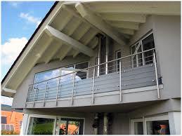 balkon sichtschutz aus glas begehbare balkonanlage mit gitterrost balkongeländer aus