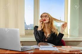 affaire bureau femme d affaires à parler au téléphone dans le bureau