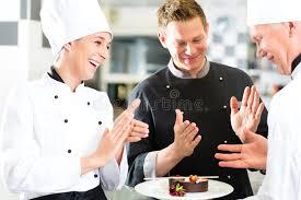 equipe cuisine équipe de chef dans la cuisine de restaurant avec le dessert photo