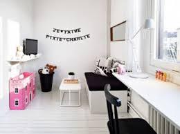 pochoir chambre déco murale de chambre fille faite avec des lettres pochoirs