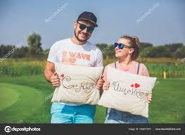 imagenes lindas naturaleza hombre joven esposa embarazada pasar tiempo naturaleza con almohadas