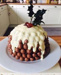 Christmas Cake Decorations Pinterest by Best 25 Maltesers Christmas Pudding Ideas On Pinterest Xmas