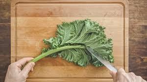 comment cuisiner le kale how to couper du chou kale rien de plus simple que de préparer