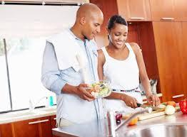 femme qui cuisine 8 conseils pour avoir le temps de cuisiner santé maigrir sans faim