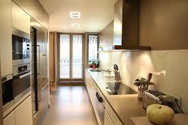 comment am駭ager une cuisine en longueur une cuisine couloir tr s design inspiration cuisine amenager une