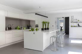 photo de cuisine blanche carrelage sol cuisine blanc brillant pour idees de deco blanche gris