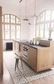 idee sol cuisine idée relooking cuisine cuisine en bois clair avec un sol