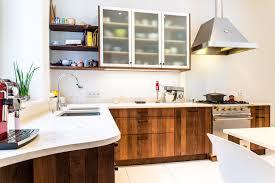 hotte cuisine verticale cuisine en chêne massif à lames verticales en bois chauffé