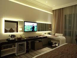 chambre d hotel dubai vue de la chambre bureau coiffeuse et télévision photo de
