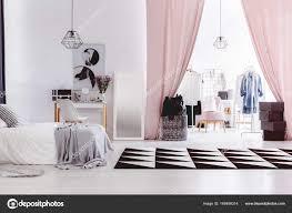 chambre avec placard intérieur de la de femme chambre avec placard photographie