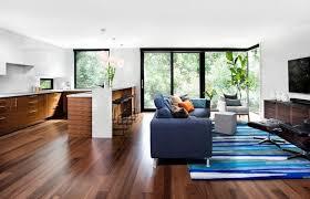 parquet cuisine ouverte meubles bois massif assortis au parquet et salles de bains blanches