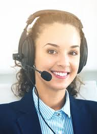 le bureau fille fille avec le casque et l ordinateur portable dans le bureau image