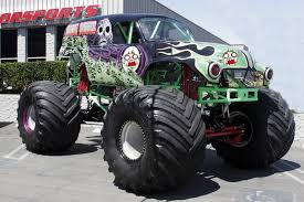 monster trucks grave digger crashes monster truck wallpaper wallpapersafari
