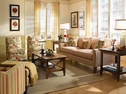 decor cheminee salon tables basses chalet hauteur sous plafond coussins gris salon