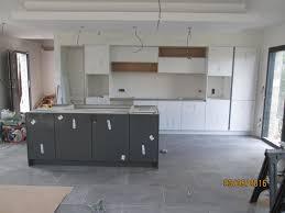 cuisine blanche et grise cuisine abstrakt gris brillant outil intéressant votre maison