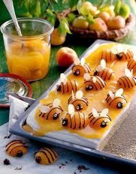 dr oetker hochzeitstorte bienenkuchen mit halben pfirsichen als bienen kommunion