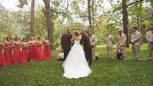 liopardo el padre de la novia coge del brazo al padrastro de su