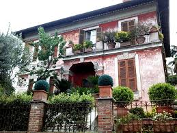 beautiful houses with gorgeous flowers in rome italy travel