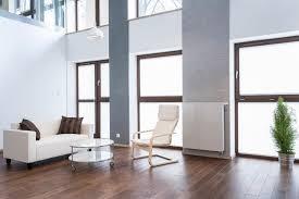 großes bild wohnzimmer sofas in weiß hell und gemütlich