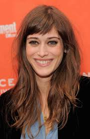lizzy caplan u0027s crazy transformation see the mean girls star
