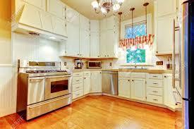 plancher cuisine bois grande cuisine blanche dans une vieille maison américaine avec