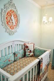 chambre bébé baroque cadre ovale baroque au dessus du lit de bébé chambre