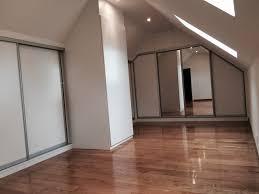 chambre sous les combles porte coulissante sous mansarde porte de placard coulissante