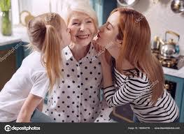 maman baise cuisine fille et sa mère baiser grand mère sur les joues
