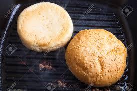 cuisiner les chignons de a la poele petits pains au sésame dans une poêle à frire préparer les