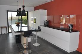 magasin de cuisine montpellier cuisine en verre laqué crédence en verre transparent et plan de