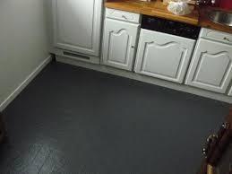 peinture sol cuisine peindre un carrelage de sol repeindre le au d une cuisine tuto en