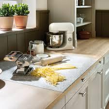pratique cuisine un plan de travail avec une planche à découper intégrée pour une