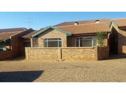 2 bedroom townhouse to let in randpoort re max town and country