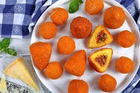 cuisine sicilienne arancini arancini sicilien cônes de risotto au safran et boules farcies à