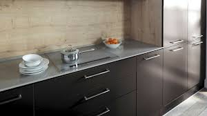 repeindre la cuisine peindre un meuble en noir great peinture laque meuble cuisine noir