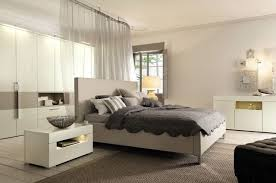 modernes schlafzimmer modernes schlafzimmer ecru möbel creme wandfarbe gardine