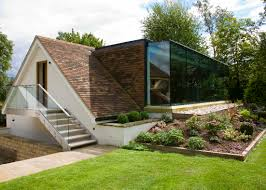 contrasting minimal contemporary architectural feature to the rear